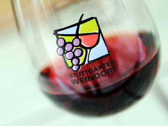 Ein Weinglas des Stuttgarter Weindorfes steht auf einer Theke. Foto: Daniel Reinhardt/Archiv