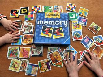 Selbst Klassiker wie Memory und Kniffel gibt's inzwischen als Apps fürs Handy. Foto: Patrick Seeger
