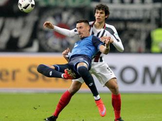 Hoffenheim-Torjäger Sandro Wagner (v) im Zweikampf mit dem Frankfurter Jesús Vallejo. Foto: Hasan Bratic