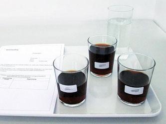 In einigen Colagetränken fanden die Tester unerwünschte Schadstoffe und Rückstände, unter anderem aus dem Farbstoff Zuckerkulör. Foto: Stiftung Warentest