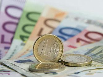 Euro-Banknoten und Münzen liegen auf einem Tisch. Foto: Daniel Reinhardt/Archiv