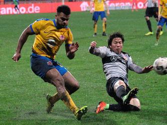Braunschweigs Phil Ofosu-Ayeh (links) im Duell mit Stuttgarts Takuma Asano. Foto: Peter Steffen