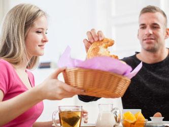 Ein gemeinsames Frühstück ist nicht nur gesellig. Es hilft auch, konzentriert in den Tag zu starten. Foto: Christin Klose/dpa-tmn