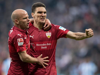 Marcin Kaminski (r.) von Stuttgart jubelt mit Tobias Werner über sein Tor zum 1:1. Foto: Sven Hoppe