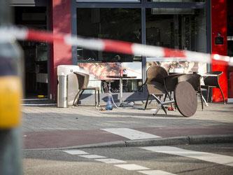 Polizeiabsperrband ist vor einem Imbiss in Reutlingen zu sehen. Foto: Christoph Schmidt