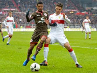 St. Paulis Jeremy Dudziak (l) und Stuttgarts Marcin Kaminski kämpfen um den Ball. Foto: Axel Heimken
