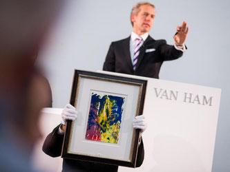 Auktionator Markus Eisenbeis versteigert ein Werk von Gerhard Richter aus dem Jahr 2008. Foto: Rolf Vennenbernd