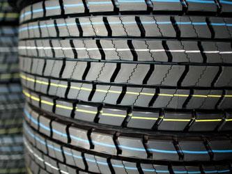 LKW-Reifen in einem Logistikzentrum. Fahrer müssen für neue Reifen diesmal tiefer in die Tasche greifen. Foto: Julian Stratenschulte