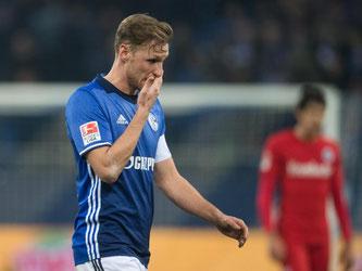 Schalke-Kapitän Benedikt Höwedes ging enttäuscht vom Platz. Foto: Bernd Thissen