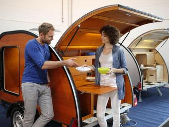 Kleines mobiles Heim: Zu Preisen ab 4900 Euro bietet der lettische Hersteller Kulba einen Mini-Wohnwagen aus Holz und Aluminium an. Foto: Messe Düsseldorf/Constanze Tillmann