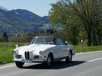 Ausfahrt in Oberbayern: Tempo 60 fühlt sich im BMW 503er an wie 120. Foto: Stefan Weißenborn/dpa-tmn