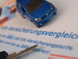 Bis zum 30. November können viele Kunden die Autoversicherung in diesem Jahr noch wechseln. Die Preisschlacht unter den Anbietern könnte bis dahin für extreme Niedrigprämien sorgen. Foto: Arne Dedert