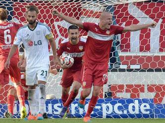Der VfB Stuttgart lag zur Halbzeit 0:3 zurück und konnte am Ende doch noch jubeln. Foto: Bernd Weißbrod