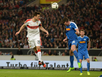 Stuttgarts Christian Gentner (l.) beim Kopfball gegen Bochums Nils Quaschner. Foto: Deniz Calagan