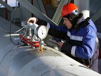 Ein Mitarbeiter von Gazprom nahe der ukrainischen Grenze: Künftig soll russisches Gas über die Türkei und Griechenland nach Europa kommen. Foto: Maxim Shipenkov/Archiv