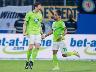 Mario Gomez (l.) schießt den VfL Wolfsburg zum 1:0-Sieg. Foto: Julian Stratenschulte