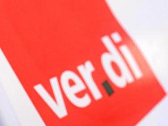 Ein Mann hat vor dem Verdi-Logo eine Trillerpfeife im Mund. Foto: Patrick Seeger/Archiv