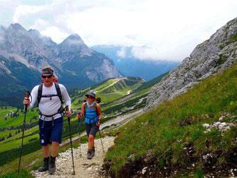 Reini läuft vorweg: Mit einem Bergführer bezwingt man die Zugspitze auf sicherem Weg. Foto: Marco Mach