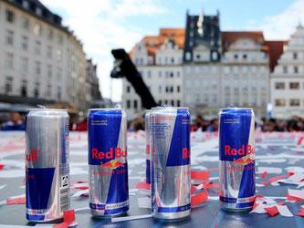 Angebrochene Dosen mit Red Bull - in den Zuckerbomben stecken auch wegen des erhöhten Koffeingehalts Gefahren für Herz und Gesundheit. Foto: Jan Woitas
