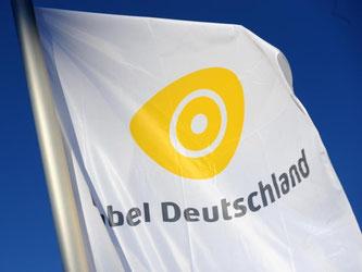 Eine Fahne mit dem Logo des Kabelnetzbetreibers Kabel Deutschland weht vor Beginn der Hauptversammlung des Unternehmens in München. Foto: Andreas Gebert