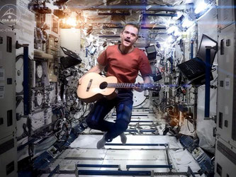 Chris Hadfield mit Gitarre singend im All. Foto: NASA/CSA/Chris Hadfield