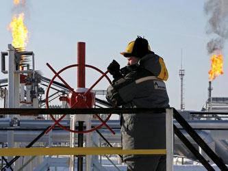 Ölförderung in Russland: Im Kampf gegen sinkende Ölpreise erwägen Russland und die Opec, die Förderung auf 1,3 Millionen Barrel pro Tag zu begrenzen. Foto: Yuri Kochetkov/Archiv