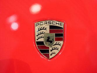Das Porsche-Wappen, aufgenommen auf der Haube eines Porsche 911 GT3. Foto: Deniz Calagan