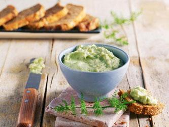 Wer es morgens eher deftig mag, startet mit einem Räucherlachs-Avocado-Dill-Aufstrich in den Tag. Dazu passt Dinkel-Roggen-Brot. Foto: Naumann & Göbel Verlag
