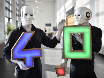Braucht es in der Fabrik 4.0 nur noch Roboter und IT-Experten? Wohl kaum. Experten glauben, dass Ingenieure gefragt bleiben. Grundlagen in IT müssen sie künftig aber auch drauf haben. Foto: Ole Spata