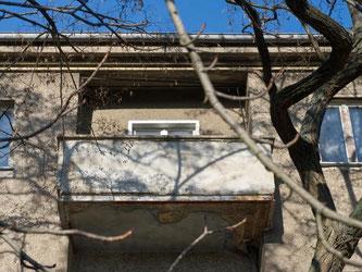 Ein Warnsignal: Der Putz ist unten schon abgeplatzt. Die Schäden an dem Balkon können aber noch schlimmer sein. Im schlimmsten Fall droht der Absturz. Foto: Andrea Warnecke
