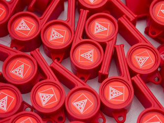 Rote Trillerpfeifen mit IG-Metall-Logo. Foto: Jens Wolf/Archiv