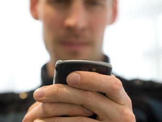 Mit einer dreisten Masche geben sich Betrüger als Inkasso-Unternehmen aus. Per SMS setzen sie Betroffene unter Druck. Erhält man eine solche SMS, sollte man nicht einfach zahlen. Foto: Jens Schierenbeck