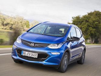 Opel will mit dem Reichweiten-Problem der Elektroautos aufräumen. Der Autobauer schickt deshalb den Ampera-E im Sommer mit 520 Kilometer Reichweite auf die Straße. Foto: Opel