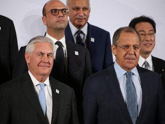 US-Außenminister Rex Tillerson (l) und sein russischer Amtskollege Sergej Lawrow stehen Schulter an Schulter beim G20-Außenministertreffen in Bonn. Foto: Oliver Berg