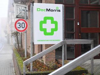 «DocMorris - Videoberatung von DocMorris» steht in Hüffenhardt am Eingang der von der Versandapotheke DocMorris betriebenen Automatenapotheke. Foto: Uwe Anspach