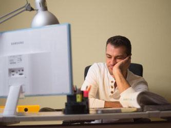 Weiterarbeiten nach Feierabend - wenn der Chef Überstunden anordnet, steht Beschäftigten ein Freizeitausgleich oder eine finanzielle Vergütung der Mehrarbeit zu. Foto: Klaus-Dietmar Gabbert