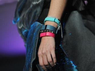 Ein Model zeigt in Las Vegas auf der Elektronik-Messe CES Fitness-Armbänder. Foto: Britta Pedersen/Archiv