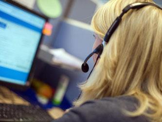 Mit Headset vor dem Monitor: Die Mitarbeiterin eines Callcenters. Foto: Patrick Pleul