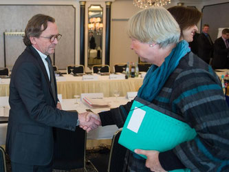 Bahn-Personalvorstand Ulrich Weber und Regina Rusch-Ziemba von der EVG haben im Tarifkonflikt eine Einigung erzielt. Foto: Lukas Schulze