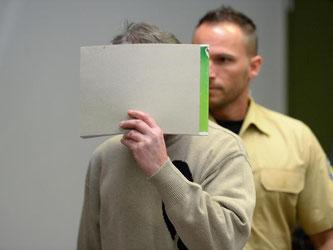 Der geständige Erpresser von Uli Hoeneß verbirgt im Landgericht München sein Gesicht vor den Fotografen. Foto: Andreas Gebert