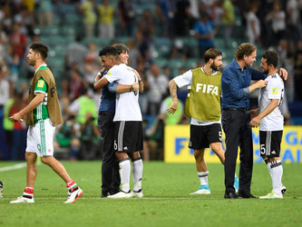 Bundestrainer Joachim Löw (2.v.l.) umarmte nach dem Sieg gegen Mexiko seine Spieler. Foto: Marius Becker