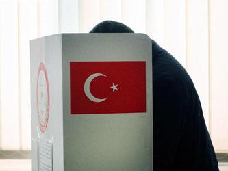 Türkisches Wahllokal in Dortmund: Die Wahlbeteiligung unter den türkischen Wählern in Deutschland lag fast 40 Prozentpunkte niedriger, als in der Türkei. Foto: Ina Fassbender
