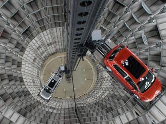 Autos in einem der Autotürme der Autostadt in Wolfsburg: Das deutsche Bruttoinlandsprodukt stieg im vierten Quartal gegenüber dem Vorquartal um 0,3 Prozent. Foto: Jochen Lübke