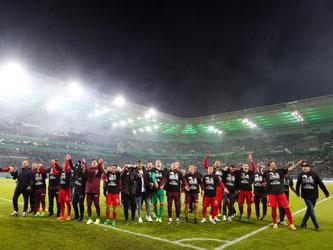 Die Spieler von Eintracht Frankfurt feiern nach der Partie mit den Fans ihren Sieg. Foto: Ina Fassbender