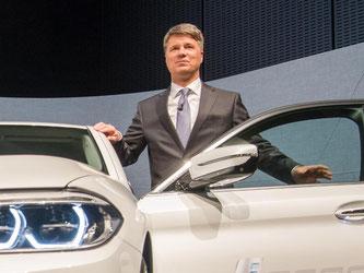 BMW-Chef Harald Krüger muss den Spitzenrang unter den deutschen Luxus-Herstellern an Mercedes abgeben. Foto: Peter Kneffel