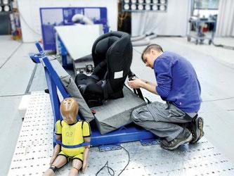 Im Crashtest: Gemeinsam mit dem ADAC hat die Stiftung Warentest 37 Kindersitze fürs Auto geprüft - über die Hälfte hat «gut» abgeschnitten. Foto: Ralph Wagner/Stiftung Warentest/dpa-tmn