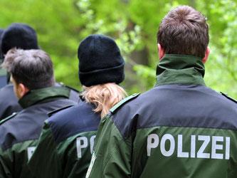 Polizisten im Mai 2010 bei Heidenheim- Großkuchen in einem Wald. Foto: Stefan Puchner