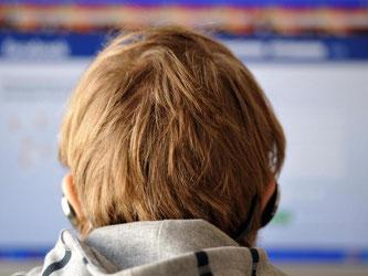 Ein Junge sitzt vor einem Computer. Foto: Barbora Prekopova/Symbol