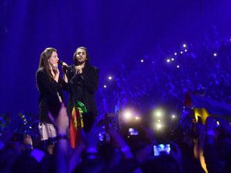 Mit seiner Schwester Luísa, die «Amor Pelos Dois» geschrieben hat, singt Salvador Sobral zum Abschluss des ESC noch einmal den Siegersong. Foto: Julian Stratenschulte