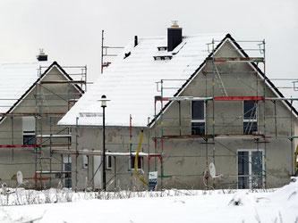 Hausbau im Winter ist möglich - solange die Temperaturen nicht unter 5 Grad plus fallen. Foto: Arno Burgi